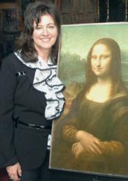 Caroline Cocciardi with a reproduction of the Mona Lisa